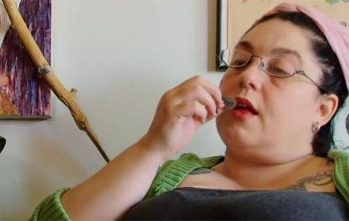 แปลก! หญิงมะกันชอบเลีย-กินขนแมว เป็นอาหารว่าง