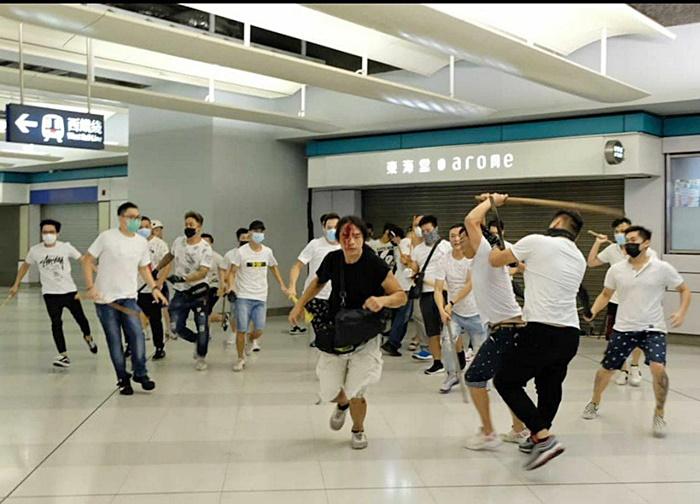 ประท้วงฮ่องกง ม็อบเสื้อขาว บุกสถานีรถไฟ ทุบตีคนในสถานีรถไฟหยวนหลง