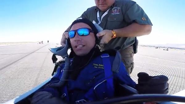 นักบินชาวอเมริกันเกิดมีปัญหาเครื่องยนต์ขัดข้องกลางรันเวย์