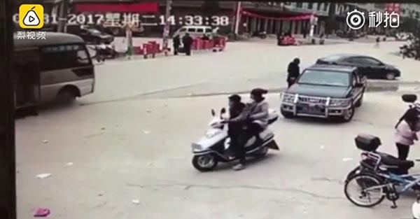 รถชนเด็กนั่งฉี่