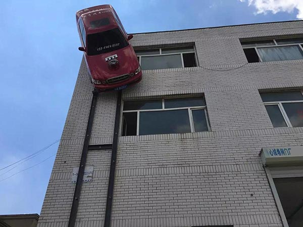 ห้อยรถบนตึก