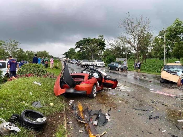 BMW Z4 ขับฝ่าฝนเสียหลักชน