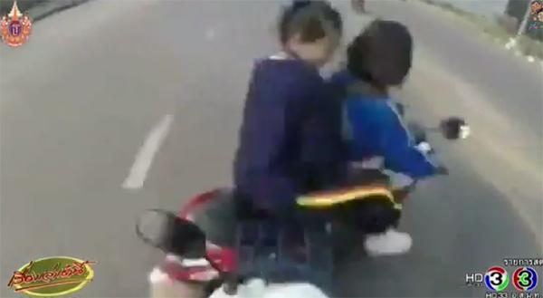 อุทาหรณ์ !! คลิปอุบัติเหตุ นักเรียน ม.ต้น ขี่มอเตอร์ไซค์ตัดหน้า