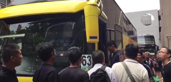 นายจ้างสิงคโปร์จ้างรถบัสพาพนักงานไทยไปถวายความอาลัยในหลวง ร.9