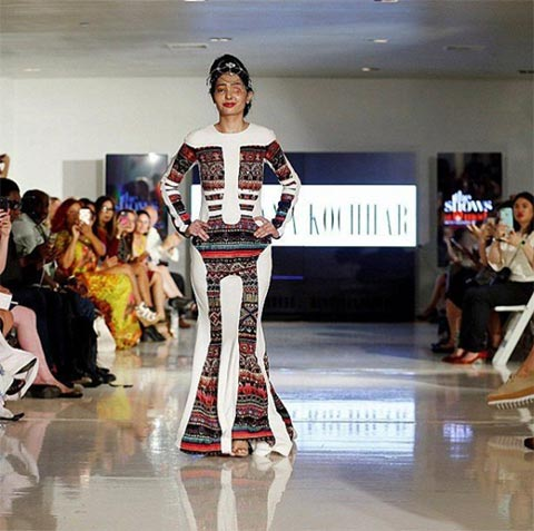 สุดสตรอง สาวถูกสาดน้ำกรดจนเสียโฉม ร่วมเดินแบบงาน New York Fashion Week