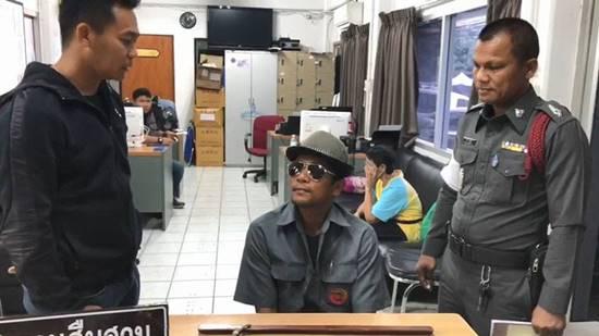 ลุงถือคมแฝกขู่ผู้หญิง คอตกโดนตำรวจจับ