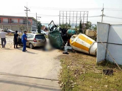 รถโม่ปูนเสียหลักพุ่งข้ามเกาะกลางถนน ชนยับ 3 คันรวด ตาย 8 เจ็บ 3