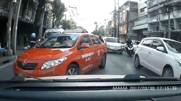 มาอีก ! คลิปแท็กซี่ขับย้อนศร แถมออกมาด่าคันอื่นที่ไม่หลีกทางให้