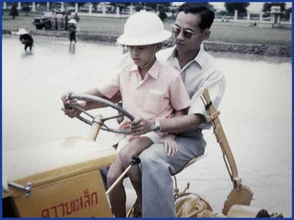 15 ภาพ ในหลวง รัชกาลที่ 9 ทรงปฏิบัติพระราชกรณียกิจ เพื่อพสกนิกรชาวไทย15 ภาพ ในหลวง รัชกาลที่ 9 ทรงปฏิบัติพระราชกรณียกิจ เพื่อพสกนิกรชาวไทย