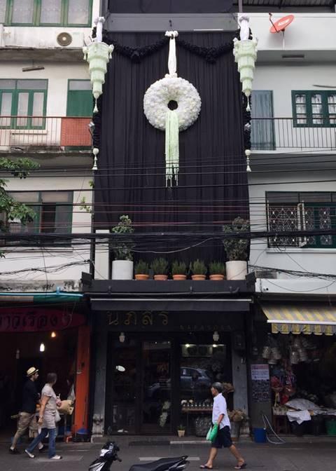 ชื่นชม..ร้านดอกไม้ทำพวงมาลัยยักษ์ ถวายความอาลัย ในหลวง ร.9