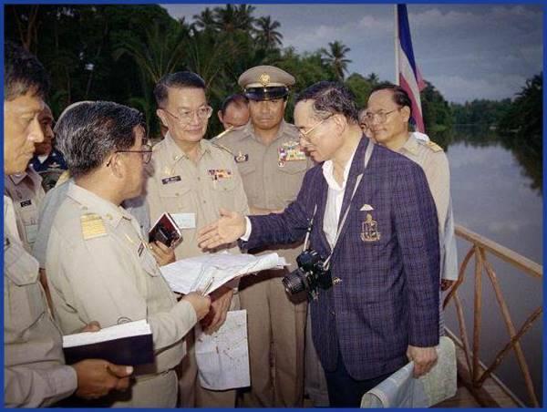 15 ภาพ ในหลวง รัชกาลที่ 9 ทรงปฏิบัติพระราชกรณียกิจ เพื่อพสกนิกรชาวไทย