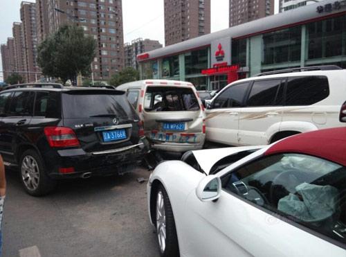 หญิงจีนประเดิมขับรถหรูชนชาวบ้าน หลังถอยออกจากโชว์รูม
