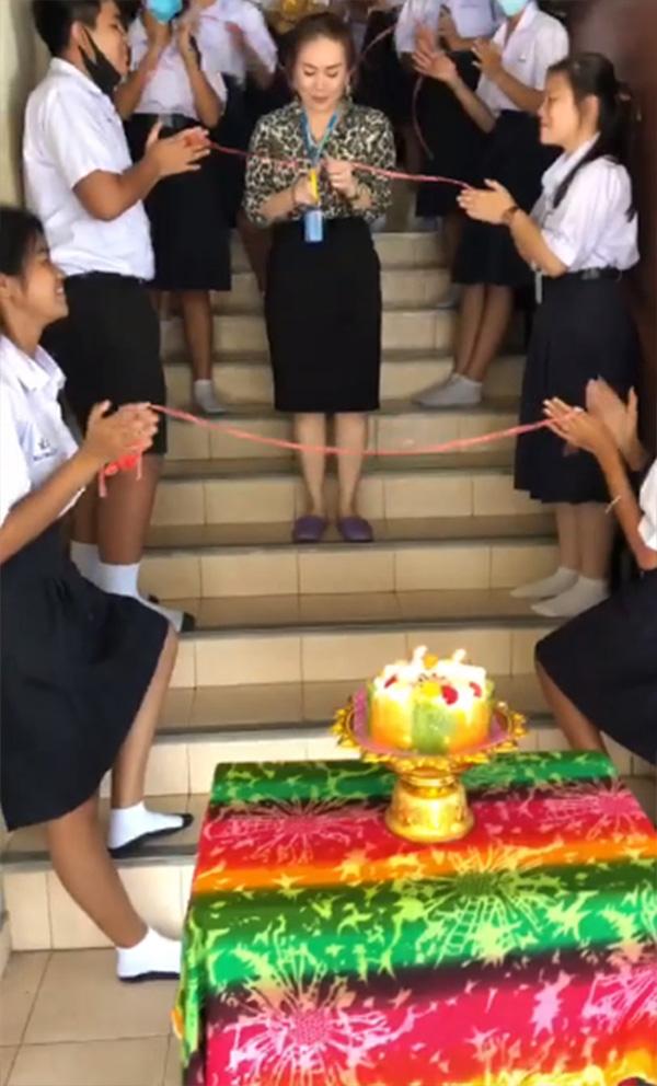 ลูกศิษย์เซอร์ไพรส์วันเกิดครู