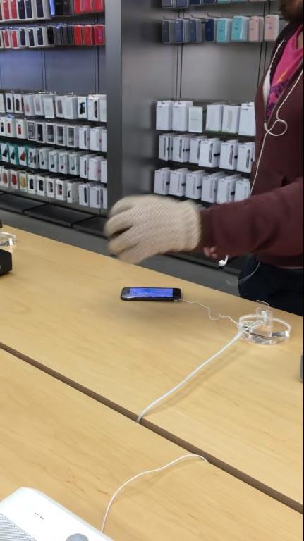 หนุ่มบุก Apple Store เดินไล่ทุบ iPhone พังเรียบ