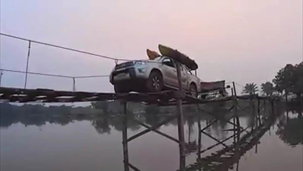 คลิปโฟร์วีลเคลื่อนผ่านสะพานไม้