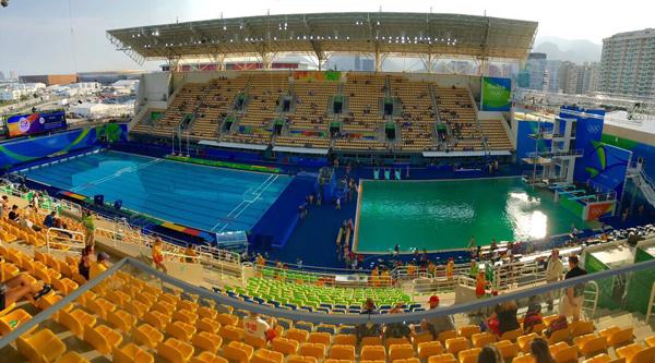 สระโอลิมปิก 2016 เป็นสีเขียว
