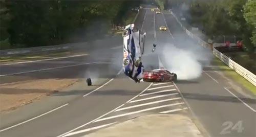 เผยคลิปวินาทีเฉียดตาย รถแข่งชนกันในฝรั่งเศส