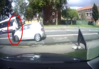 กรรมติดจรวด! คลิปหัวขโมยวิ่งหนี ก่อนถูกรถชนลอยคว้าง