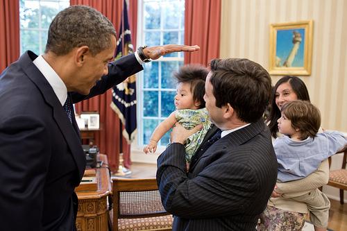 เผยภาพน่ารัก บารัค โอบามา หยอกล้อเล่นกับเด็ก