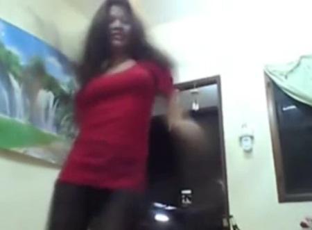 สาวเต้นเปลือยอก คลิปสาวเต้นเปลือยอก ชาวเน็ตสงสัยคนไทยหรือลาว?