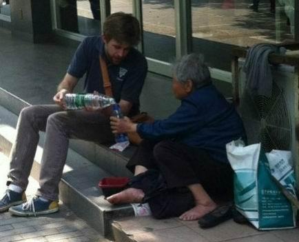 ภาพซึ้ง! หนุ่มมะกันนั่งกินเฟรนช์ฟรายกับยายขอทาน